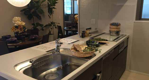 抜群の機能性で毎日の家事も楽しく! コミュニケーションの生まれるキッチン